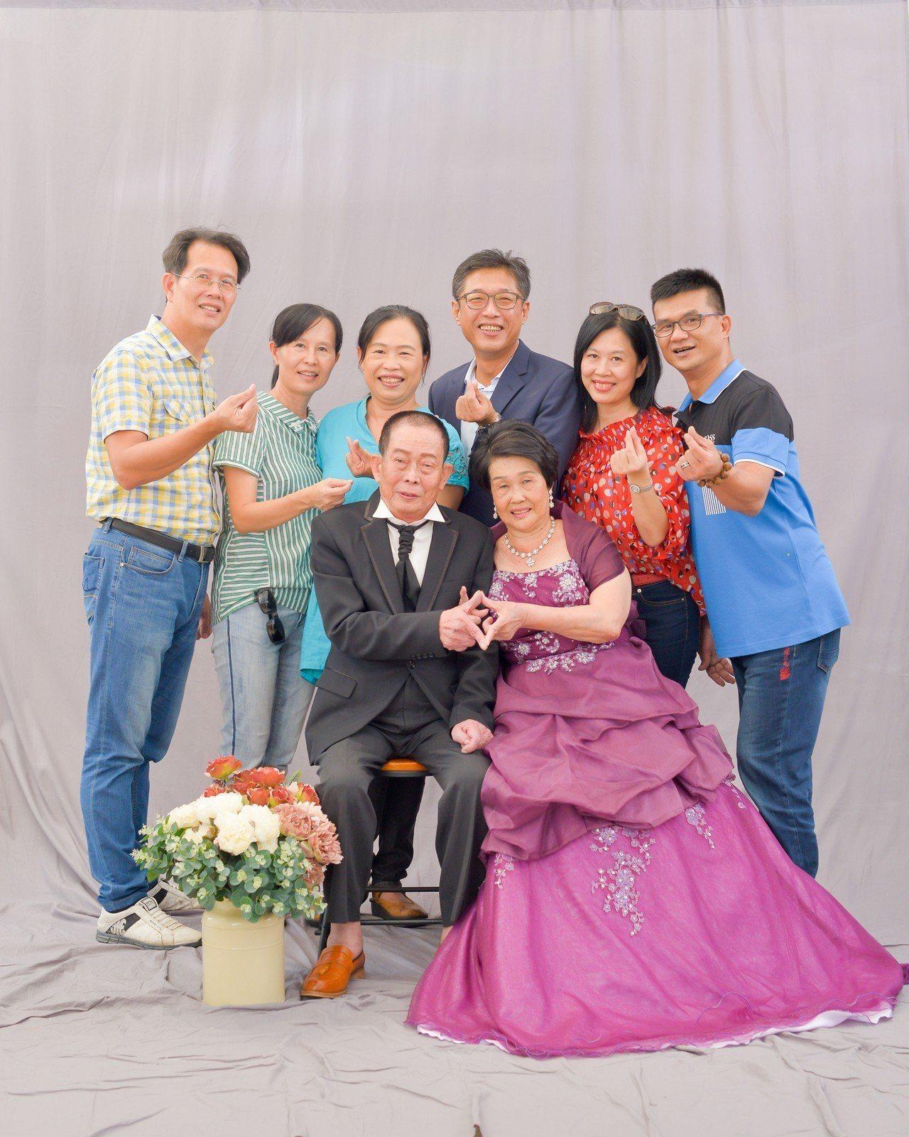 重披婚紗,口湖鄉金婚老夫妻拍婚紗照超開心。圖/口湖鄉公所提供