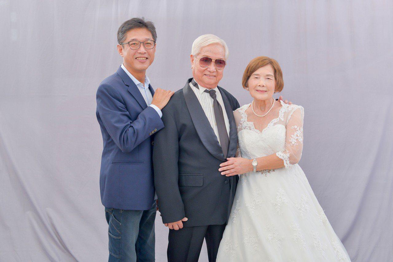 口湖鄉金婚和鑽石婚老夫妻重披婚紗拍婚紗照,捕捉幸福一刻超開心。圖/口湖鄉公所提供