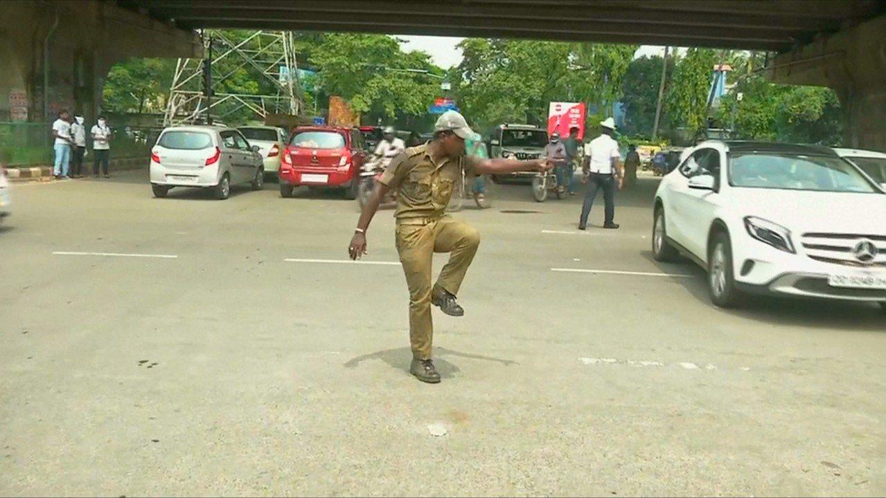 為了解決交通亂象,一名印度交警指揮時加入自己獨特的舞步,讓好奇的用路人放慢車速,...