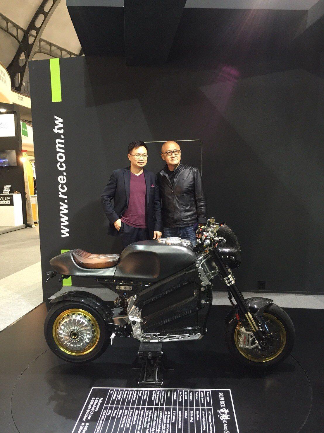 貿協董事長黃志芳(左)參觀國內業者低碳動能公司所展出的全球第一台電動重型機車。外...