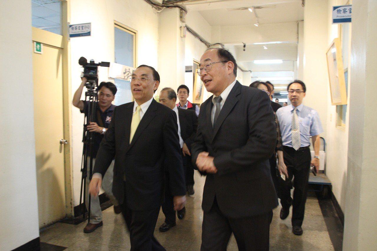 法務部長蔡清祥(左)今天到彰化地檢署座談,親訪各科室。記者林敬家/攝影