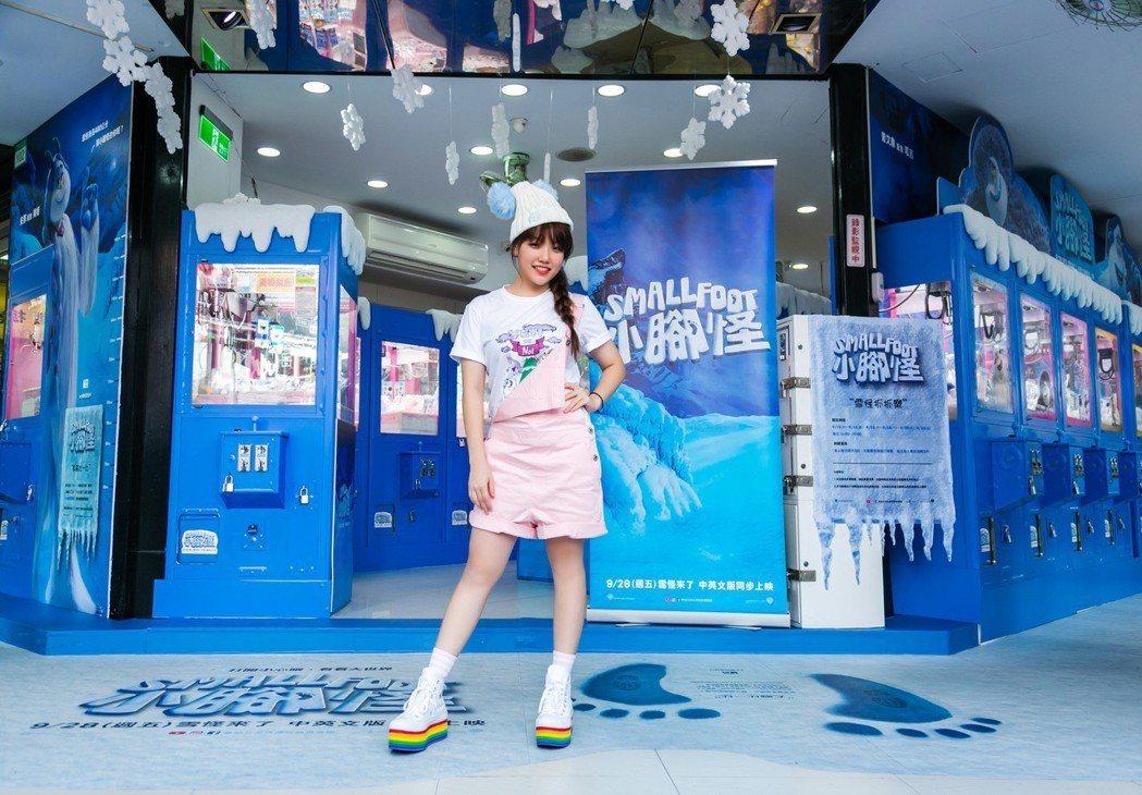 安那宣傳配音新片「小腳怪」,化身夾娃娃高手。圖/華納兄弟提供