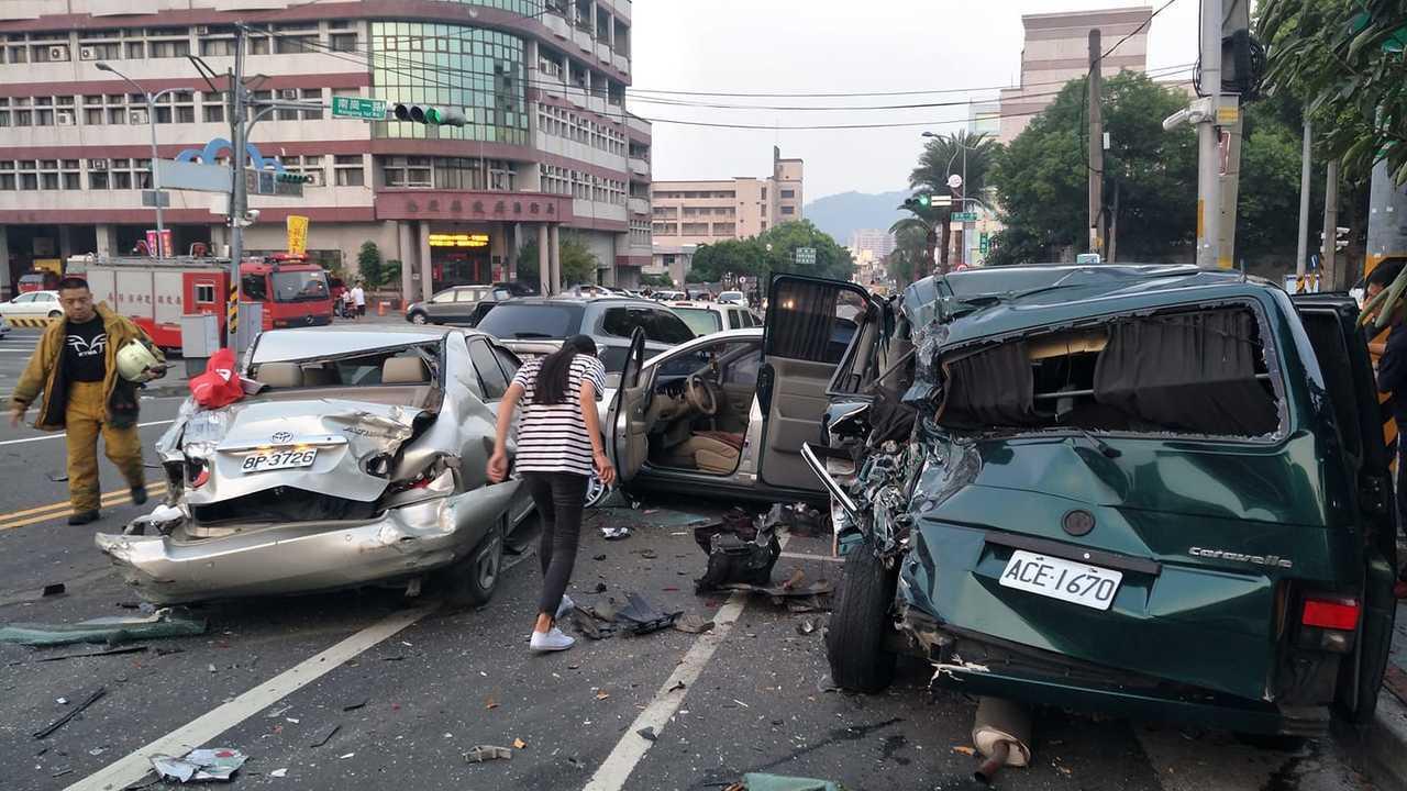 南投市民族路今天發生疑似煞車失靈的追撞車禍,大貨車追撞十多輛汽車,有多人受傷。圖...