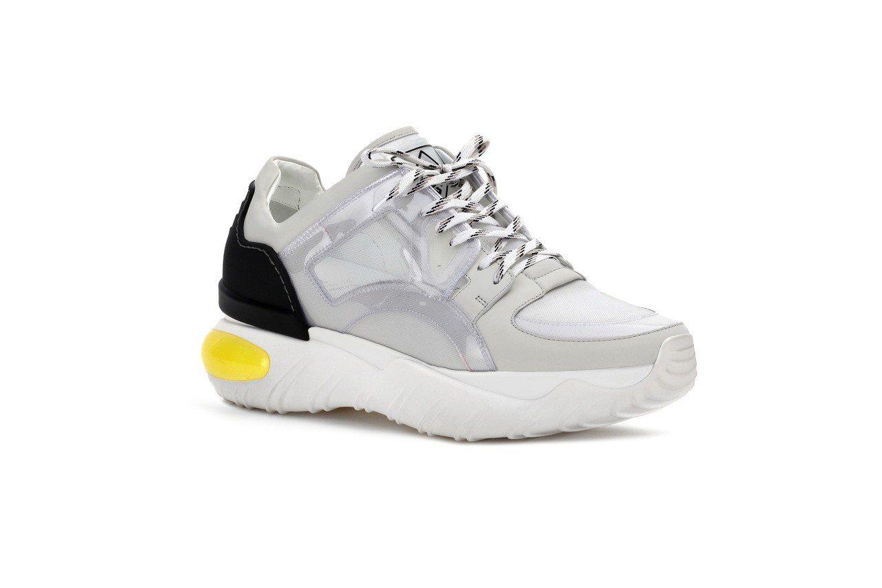 FENDI男士白色透膚布鞋,32,900元。圖/FENDI提供