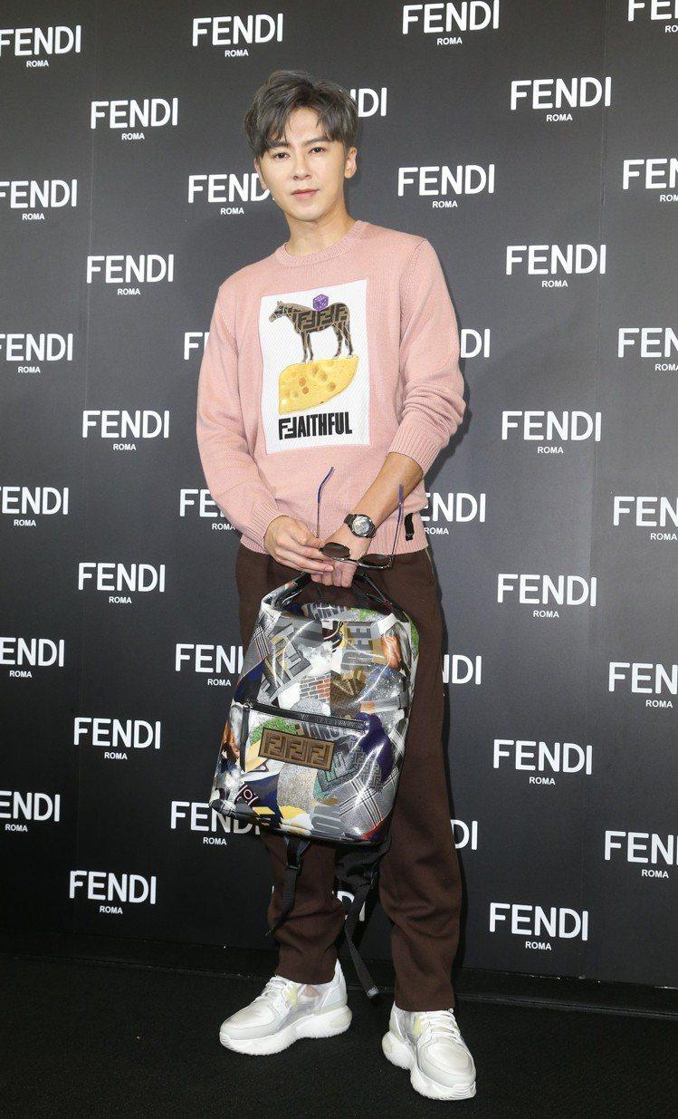 入圍金鐘獎的李國毅挑了自己最適合的粉色出席FENDI全新台北101旗艦店開幕酒會...