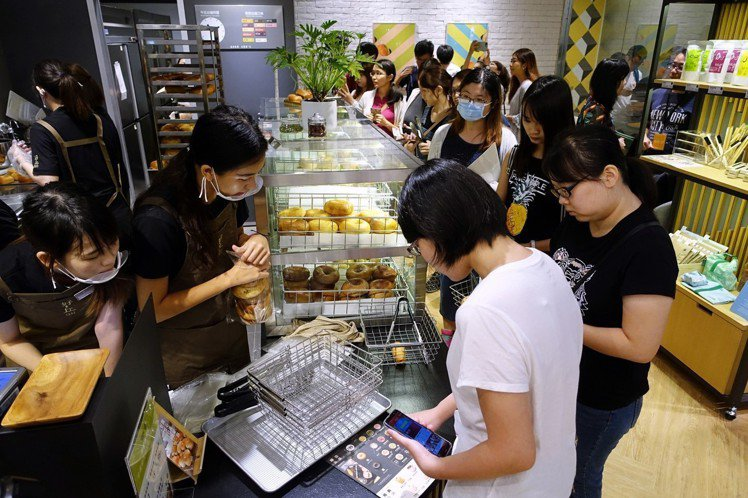 好丘貝果台中首店9月14日開幕,落腳新光三越中港店B1。圖/記者沈佩臻攝影