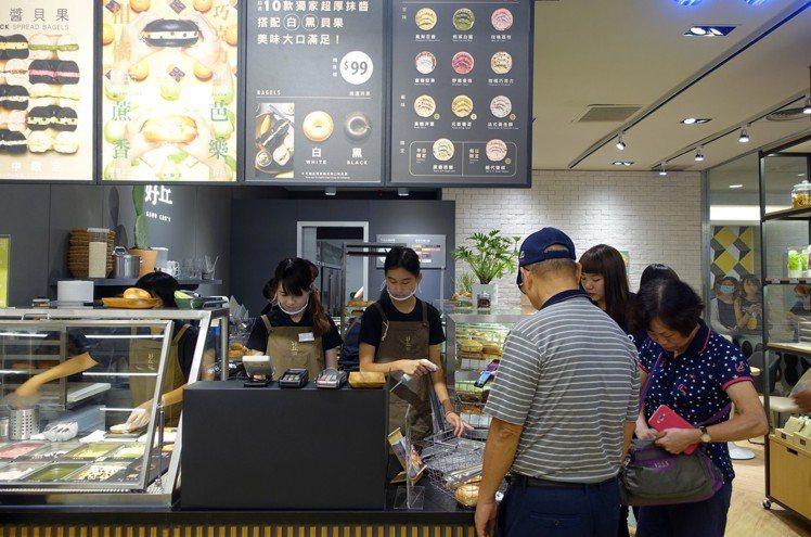好丘台中新光店設有內用座位。圖/記者沈佩臻攝影
