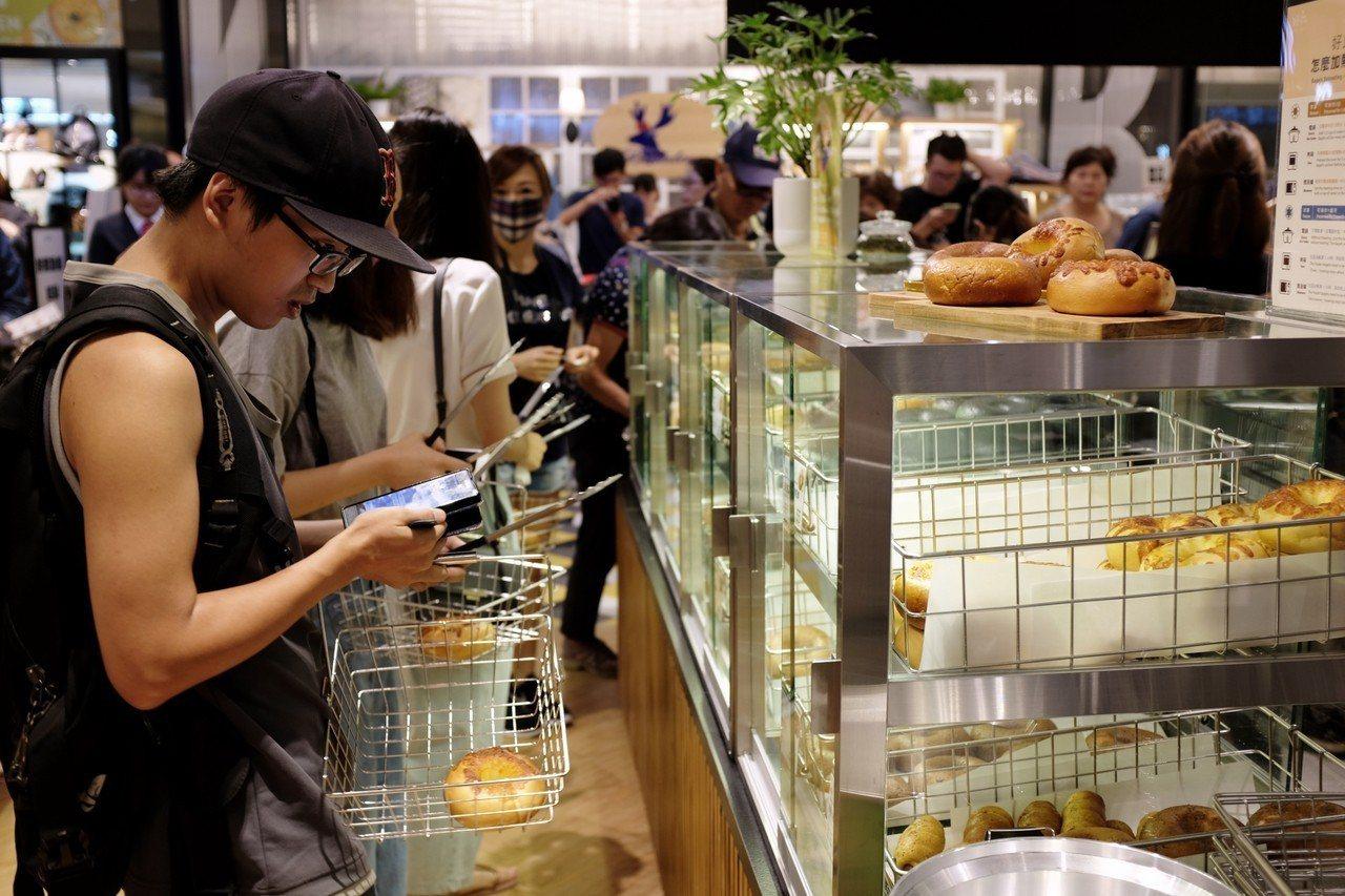 首三日祭出排隊前50名顧客憑新光三越APP,厚醬貝果享買一送一。記者沈佩臻/攝影