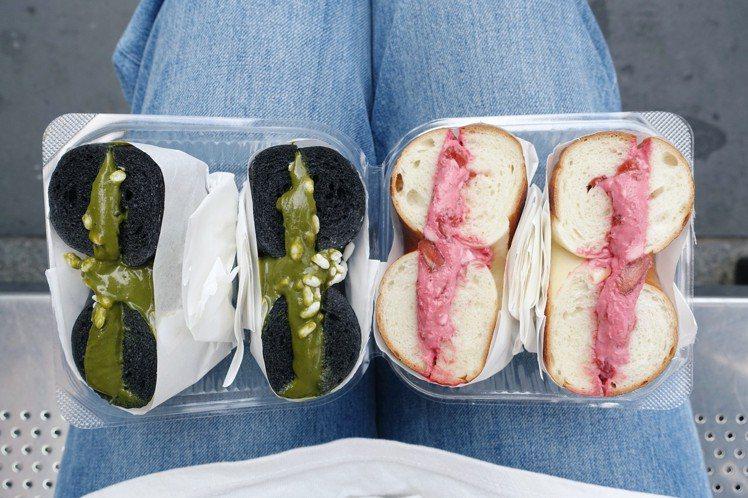 厚醬貝果(左起)黑貝果搭煎茶白露、白貝果搭野莓優格。圖/記者沈佩臻攝影