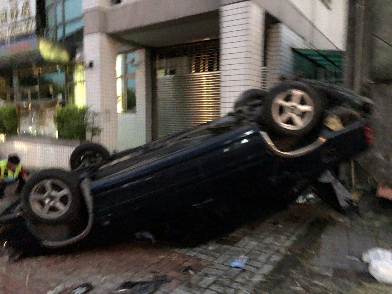 南投市民族路路旁停放車輛也被撞離好幾公尺,四輪朝天。記者江良誠/攝影