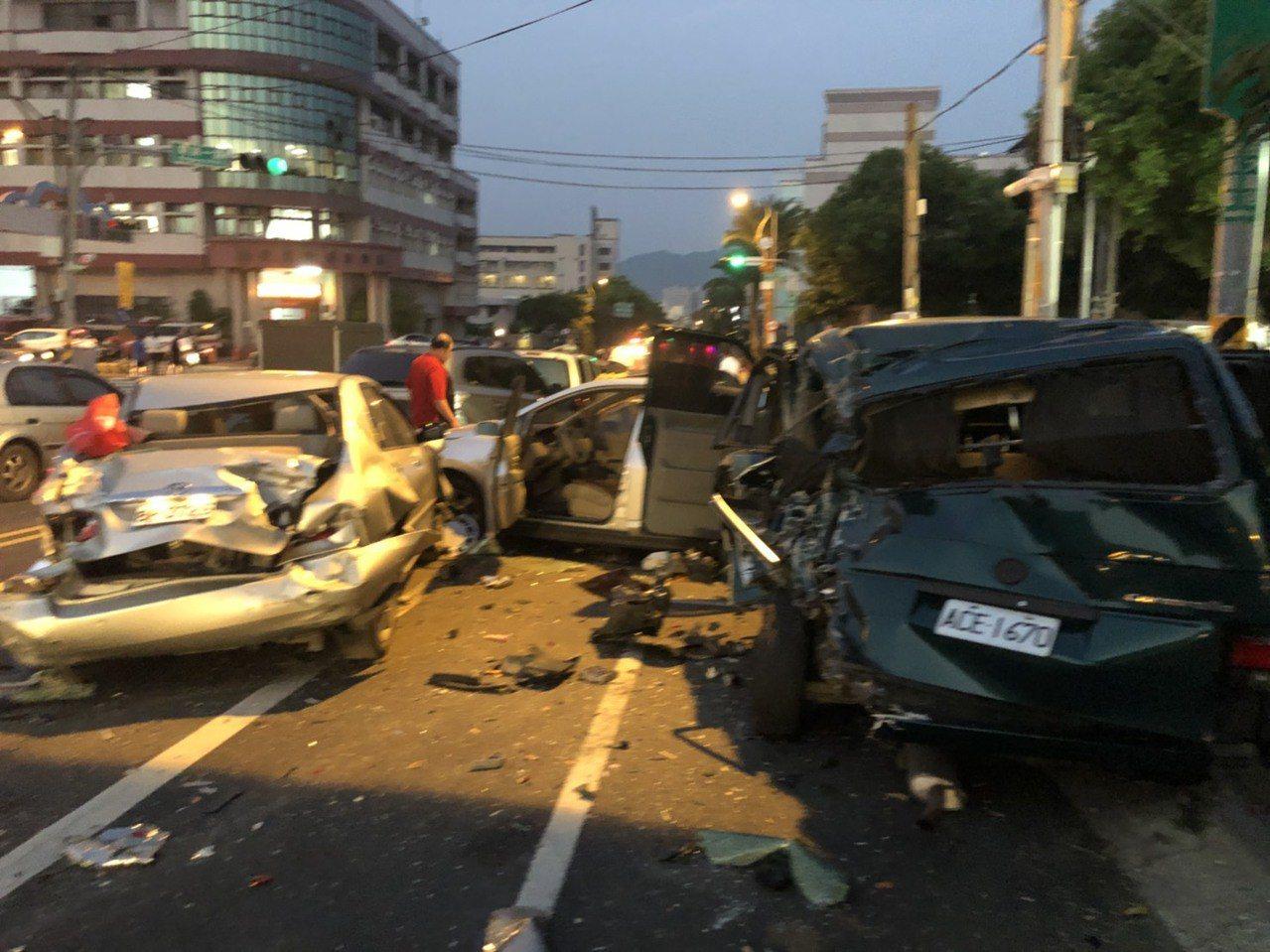 南投市民族路和南崗路口停等紅燈的車輛被拖板車一撞,幾乎成了廢鐵。記者江良誠/攝影