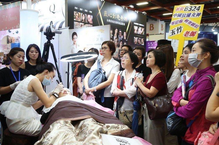 2018台北秋冬國際美容化妝品展第二天湧進不少消費者入場體驗、搶購,消費者以年輕...