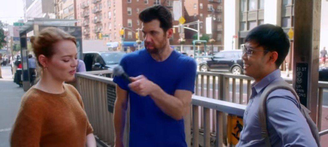 艾瑪史東在「比利街頭秀」被路人誤認成其他女星,露出尷尬表情。圖/翻攝自YouTu...