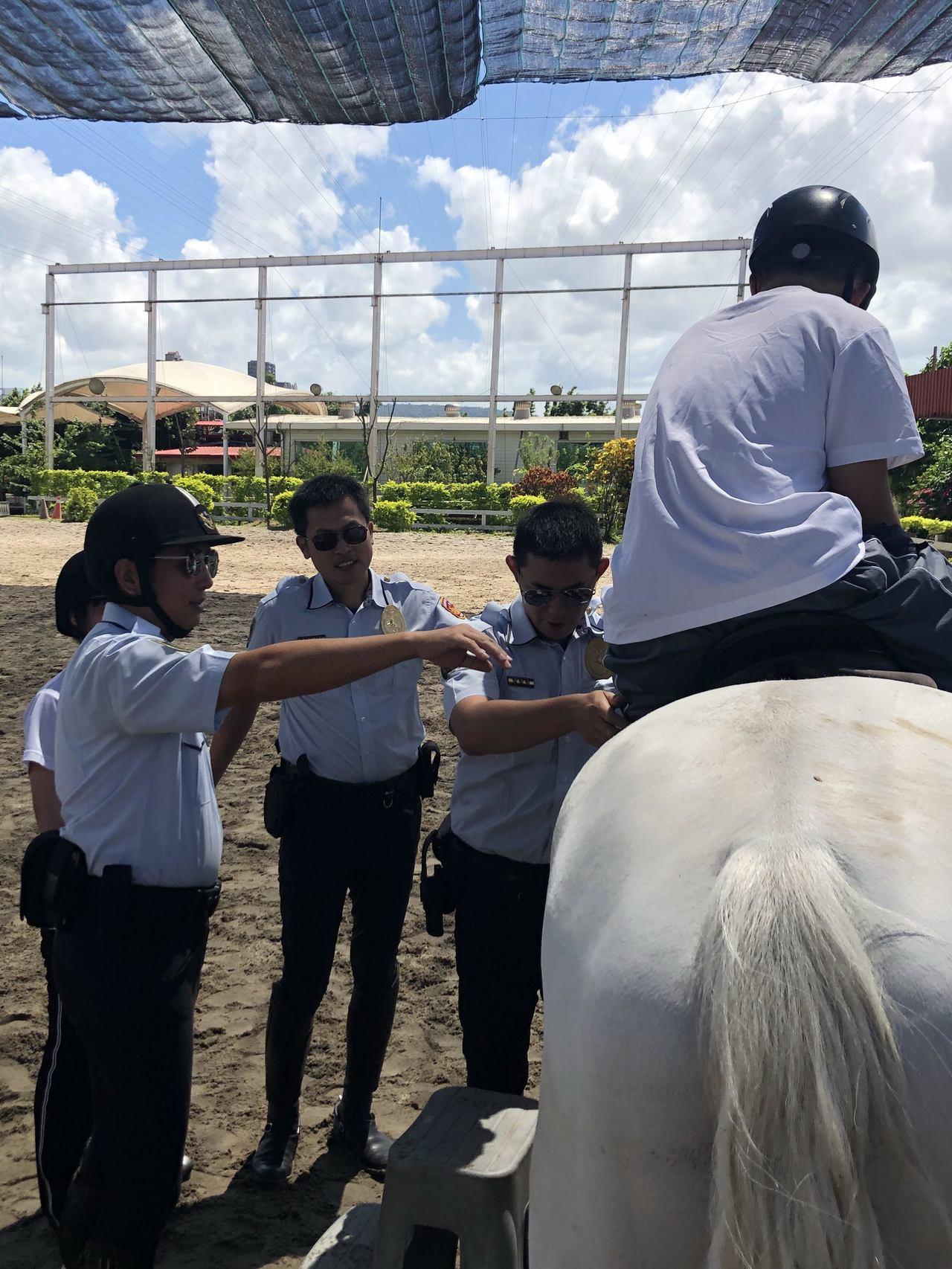 新北市騎警隊邀請唐氏症學員坐上馬背,體驗奔馳感。記者袁志豪/翻攝