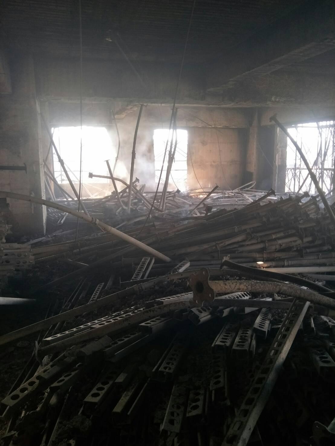 消防員使用揹負式水袋到高樓處撲滅殘火。記者袁志豪/翻攝