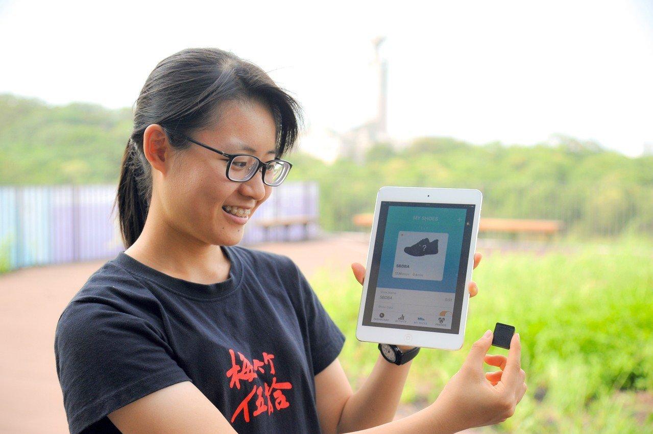智慧晶片搭配手機應用程式,即可計步、智慧定位。圖/清大提供