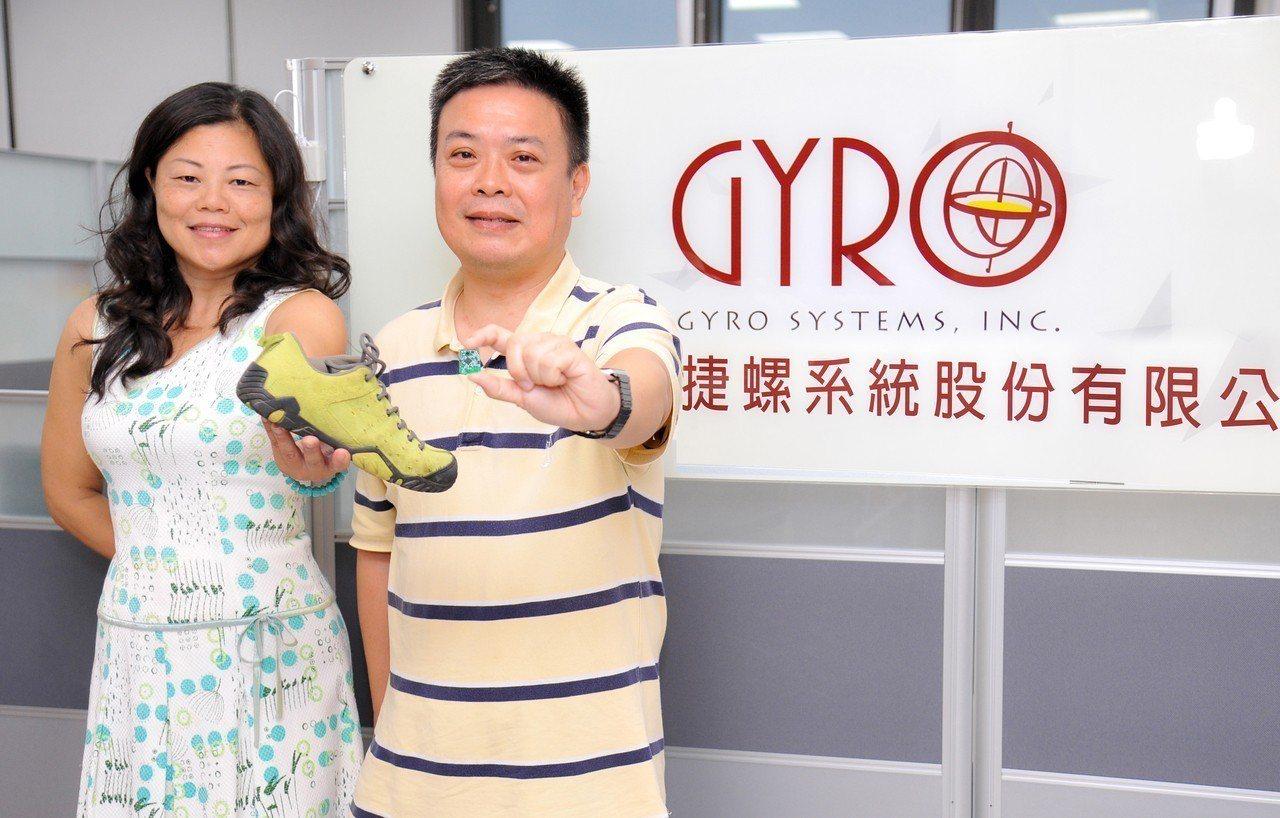 清華電機工程系教授馬席彬(右)向返校創業的物理系校友黃希雯(左)提出智慧晶片的設...