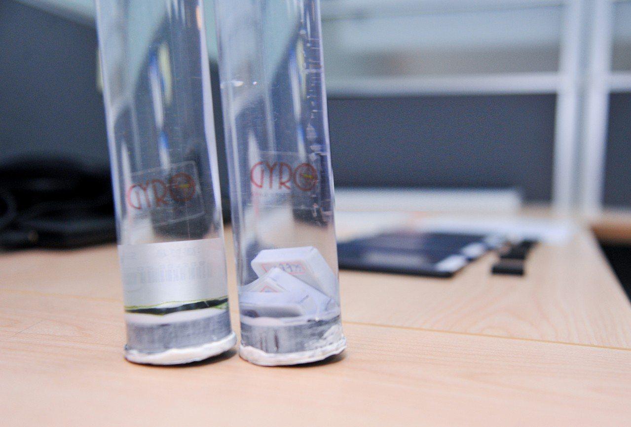 捷螺研發團隊將智慧晶片泡在水裡一年,測試其防水性。圖/清大提供