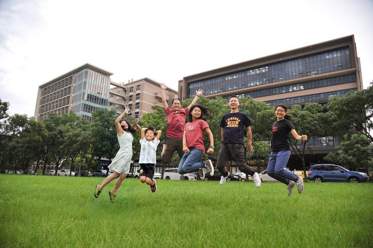 清華校友黃希雯(左一)談起回母校創業,感覺真的很幸福。」右側建物即為清華創新育成...