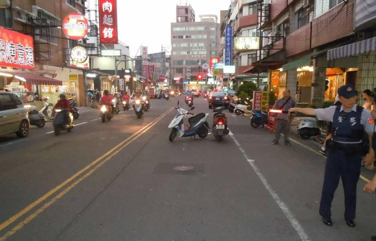 台南市南區文南路昨晚發生交通事故,警方現場測繪,實施交通管制。記者邵心杰/翻攝