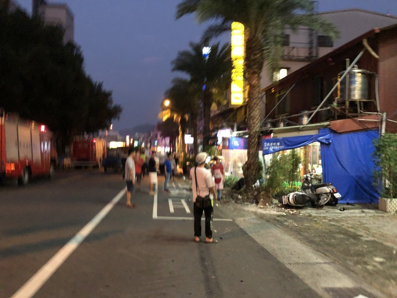 南投市阿珠蚵嗲前的機車被拖板車撞的四散,幸好路樹擋住拖板車,但店員和客人都嚇呆了...