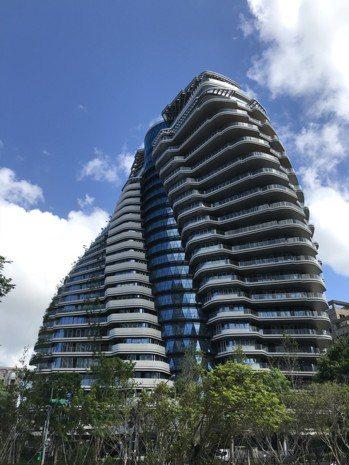 台北地標豪宅陶朱隱園,以其旋轉建築設計聞名。圖/記者黃阡阡攝