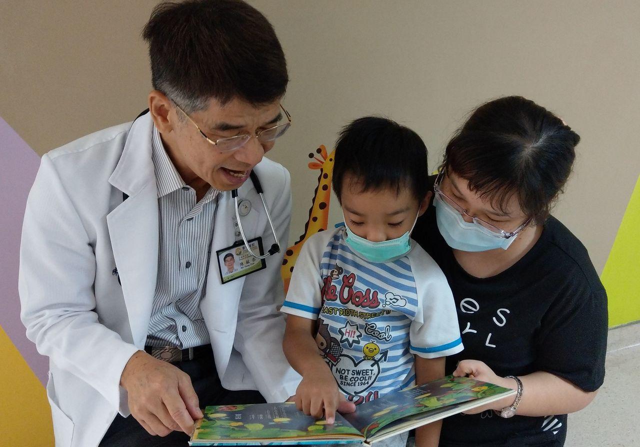 醫師陳敏恭(左)建議家長,可陪伴孩子一起朗讀繪本、故事書,從小培養孩子的閱讀習慣...