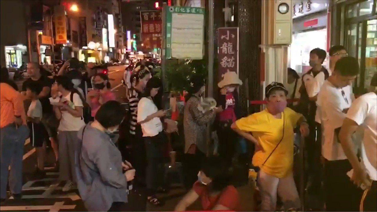 彰化縣知名的蛋黃酥名店「不二家」今晚近6點突然有一名戴口罩男子闖進店內潑灑紅漆後...