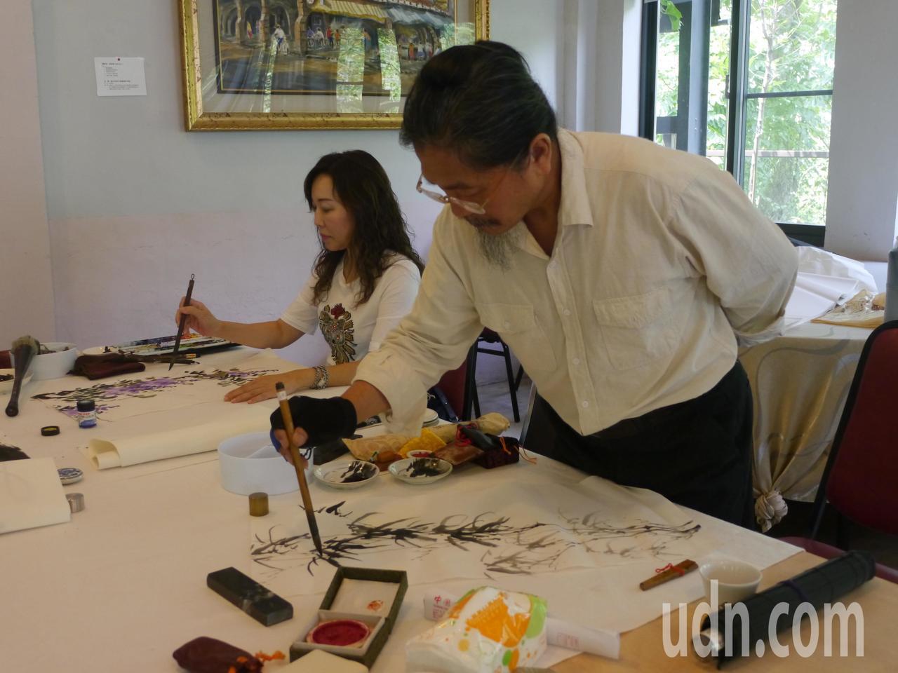 高市南海書畫學會風格多元,成員當眾作畫。記者徐白櫻/攝影