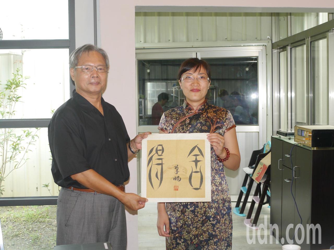 兩岸書畫交流,藝術家互贈作品留念。記者徐白櫻/攝影