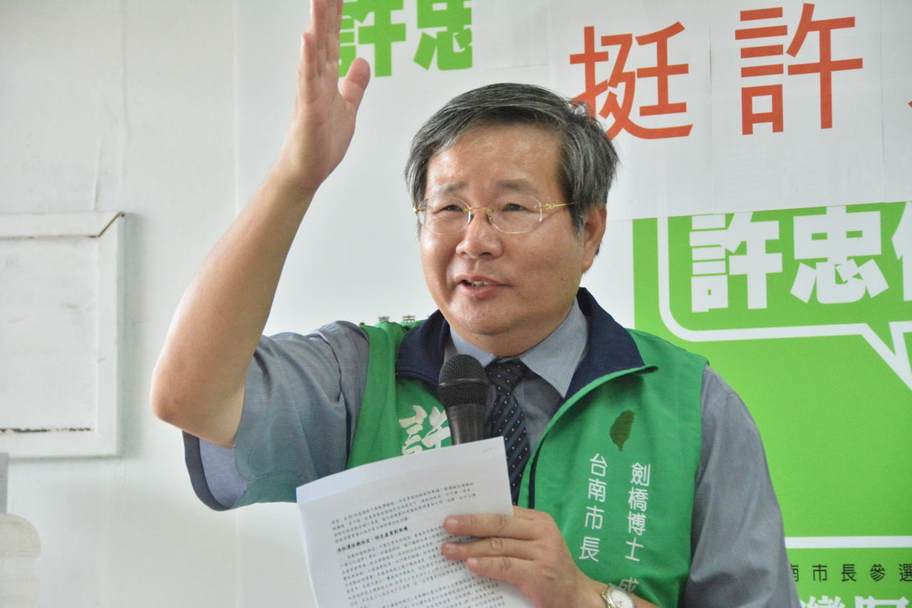 無黨籍台南市長參選人許忠信今天提出海陸接駁配合客製化景點,解決市區塞車問題。記者...