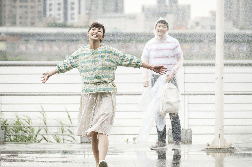 陳怡蓉、施易男在「雙城故事」中雨中漫舞。圖/青睞影視提供