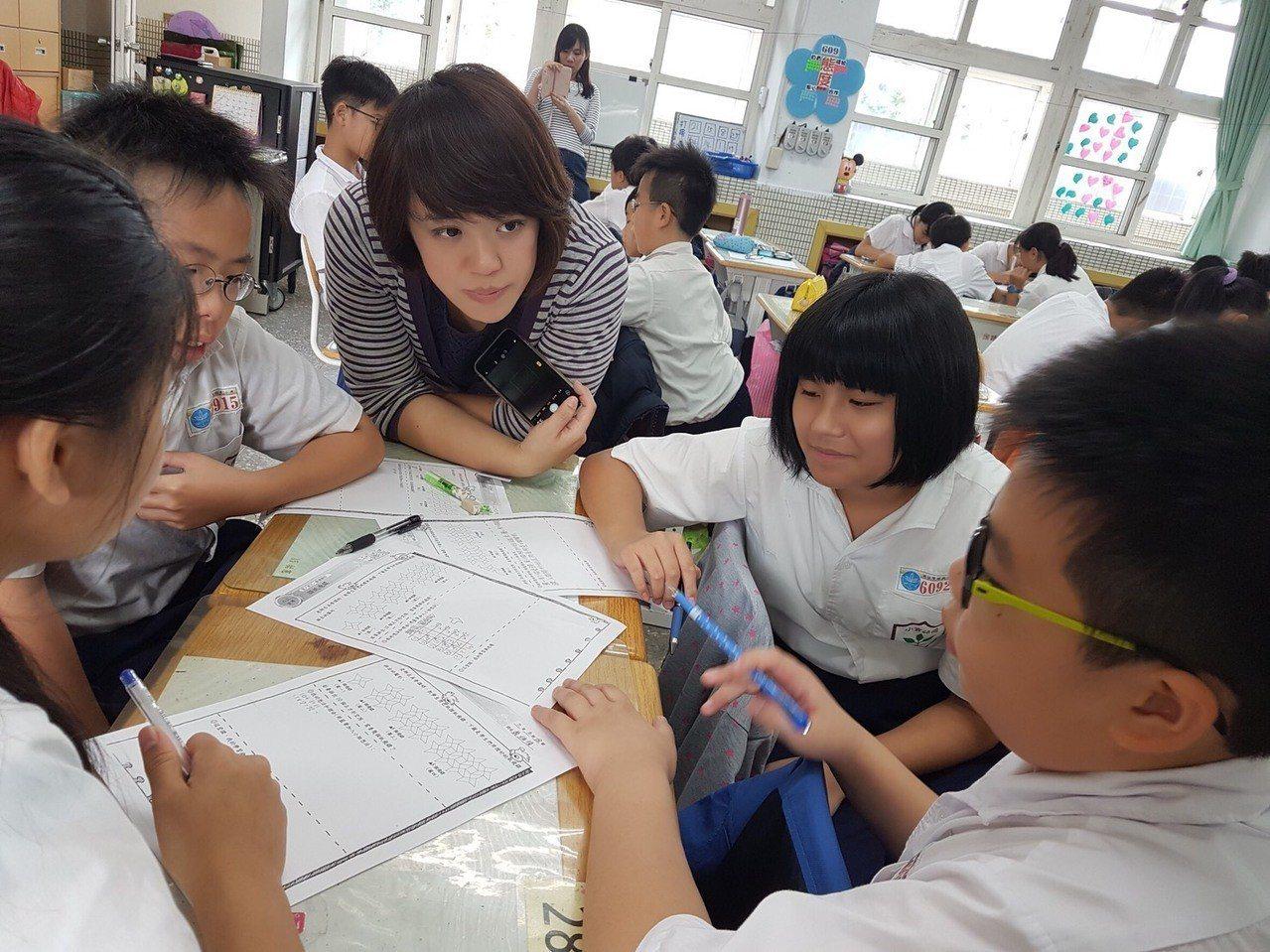 董毓琳雖為大學財金系出身,但她因喜愛和孩子相處,轉考教師。圖/董毓琳提供