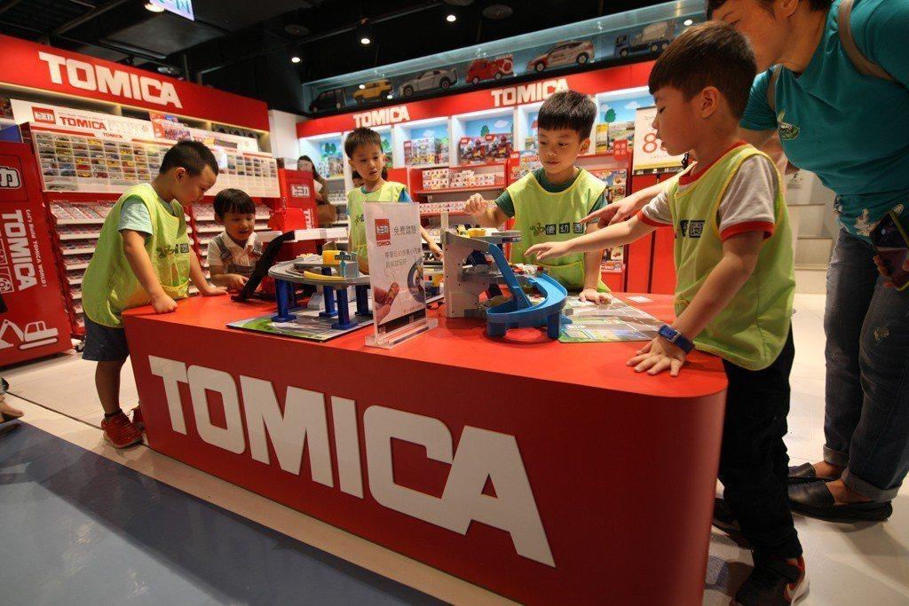 大人小孩都愛的TOMICA,可以攜帶自己的小汽車來這裡體驗軌道樂趣。圖/三創生活...