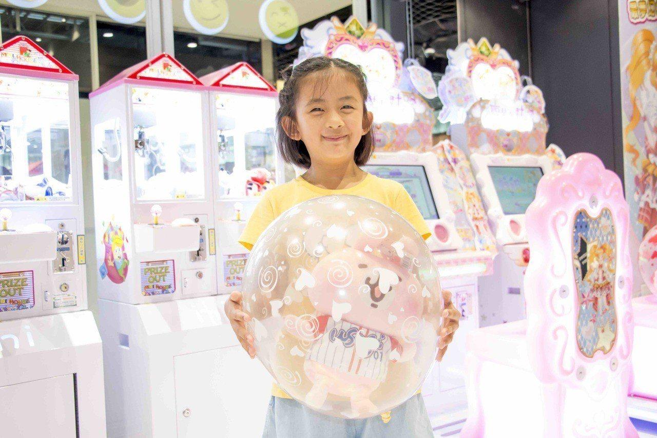 於HURO PRIZES機台夾到娃娃者,可免費得到氣球包裝一次。圖/三創生活園區...