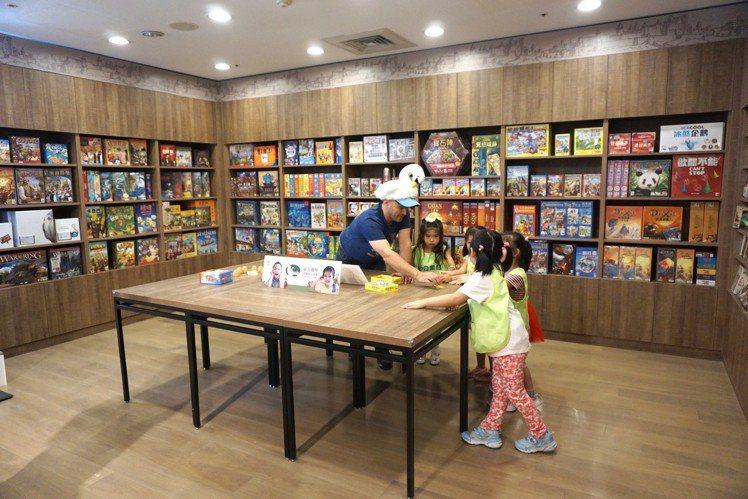 新天鵝堡桌遊種類齊全豐富,最推薦銷售Top 1的卡卡頌。記者黃筱晴/攝影