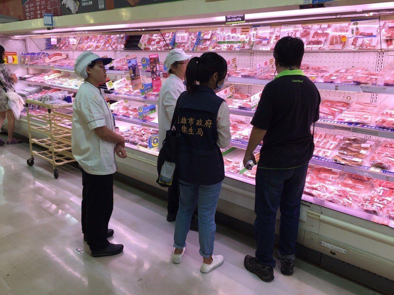 高雄市衛生局針對轄內傳統市場、超市、量販店、盤商與餐廳,執行禽畜水產品抽驗。圖/...