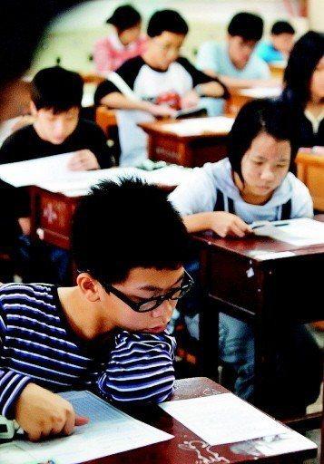 每年台灣均有超過3萬多名學子參加美國AMC 8~AMC 12數學測驗。本報資料照