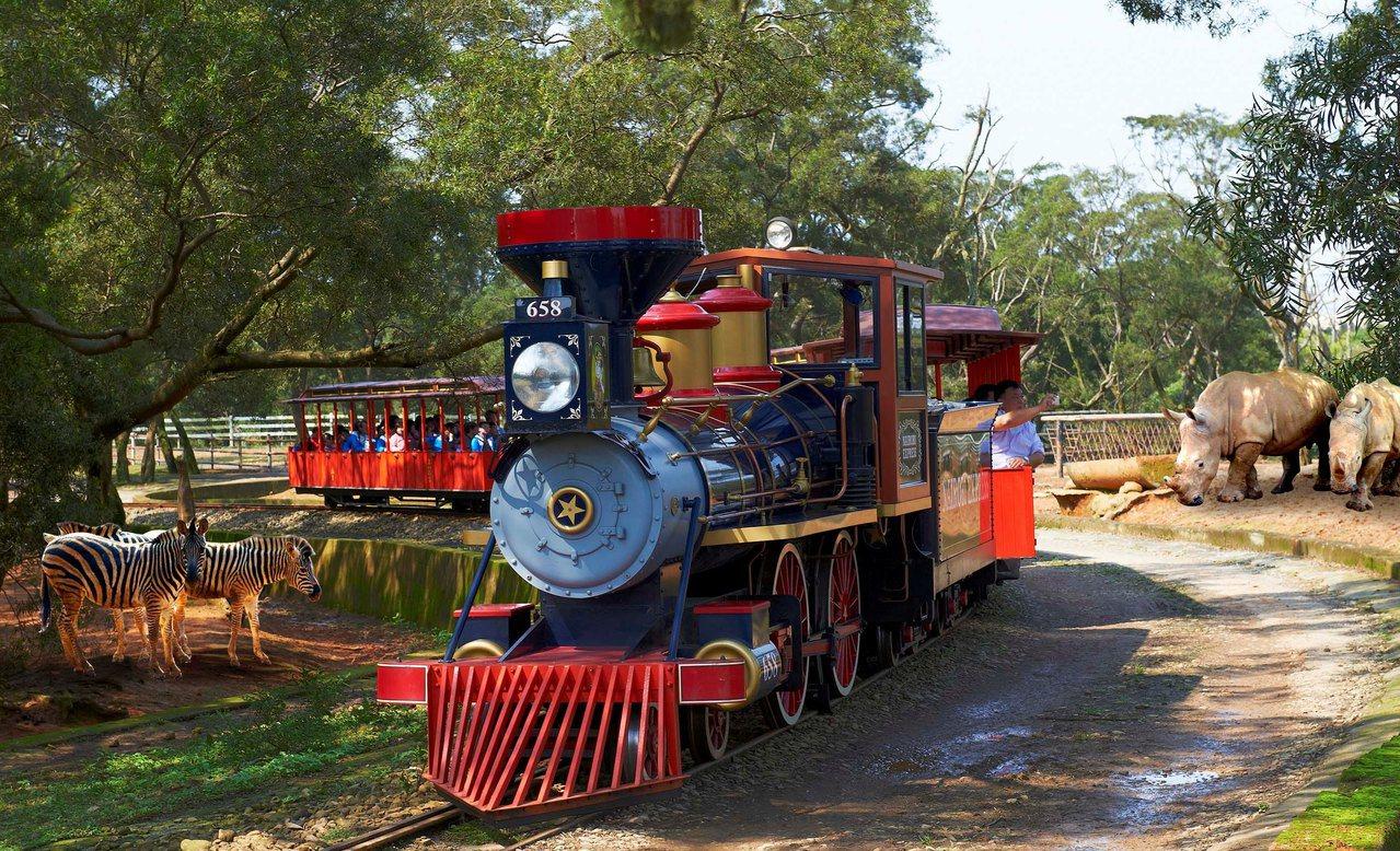 受到民眾喜愛的蒸氣火車,能近距離欣賞草食動物,聆聽動物生態導覽。圖/六福村提供
