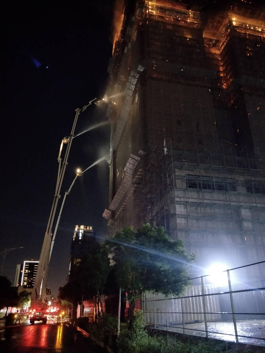 新北市新莊區的中悅集團「悅之光」建案大樓火警,15到24樓付之一炬,消防隊出動雲...