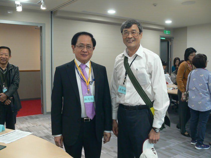 去年12月3日,林茂桂(左)在群光新大樓舉辦嘉中同學會,嘉中校友劉永堂、前校長黃...