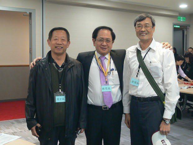 去年12月3日,林茂桂(中)在群光新大樓舉辦嘉中同學會,嘉中校友劉永堂、前校長黃...