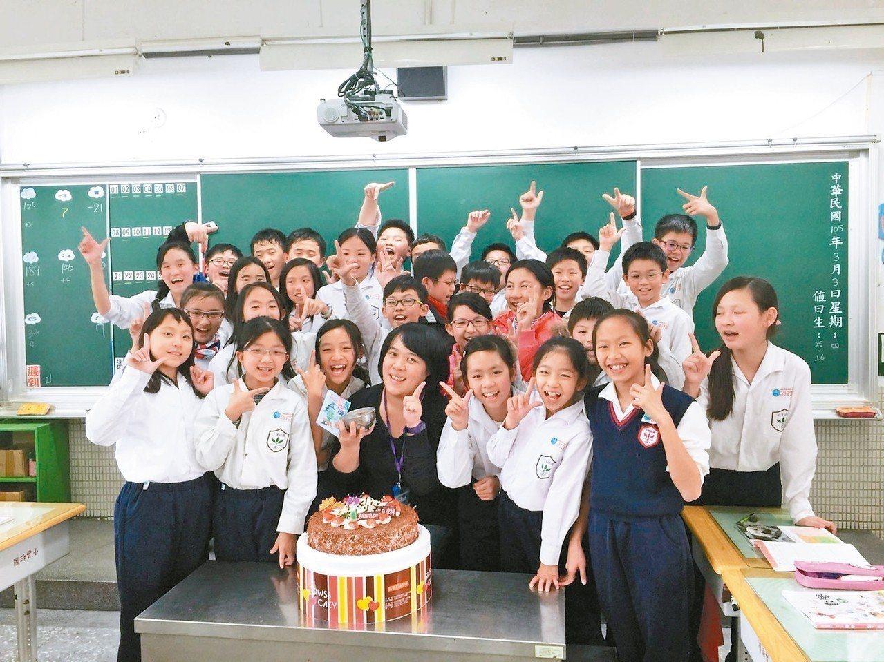 財金系出身的董毓琳(中)對財金不感興趣,她當11年代理老師後,今年考取教甄。 圖...