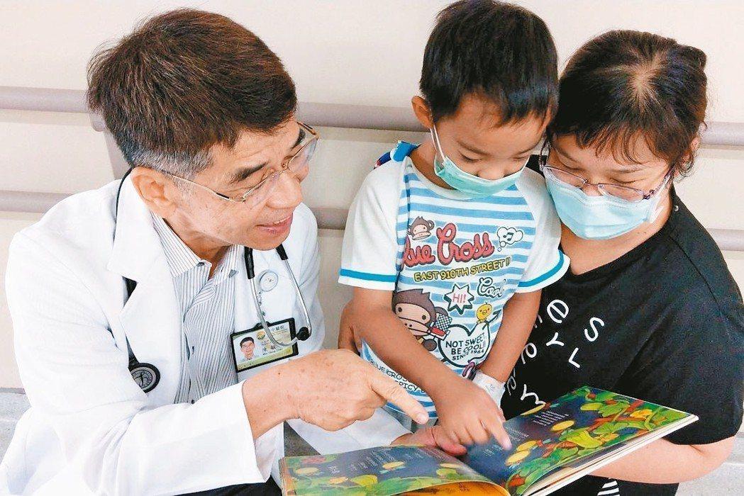 醫師陳敏恭(左)建議家長可陪伴孩子朗讀繪本、故事書,從小培養閱讀習慣。 記者趙容...