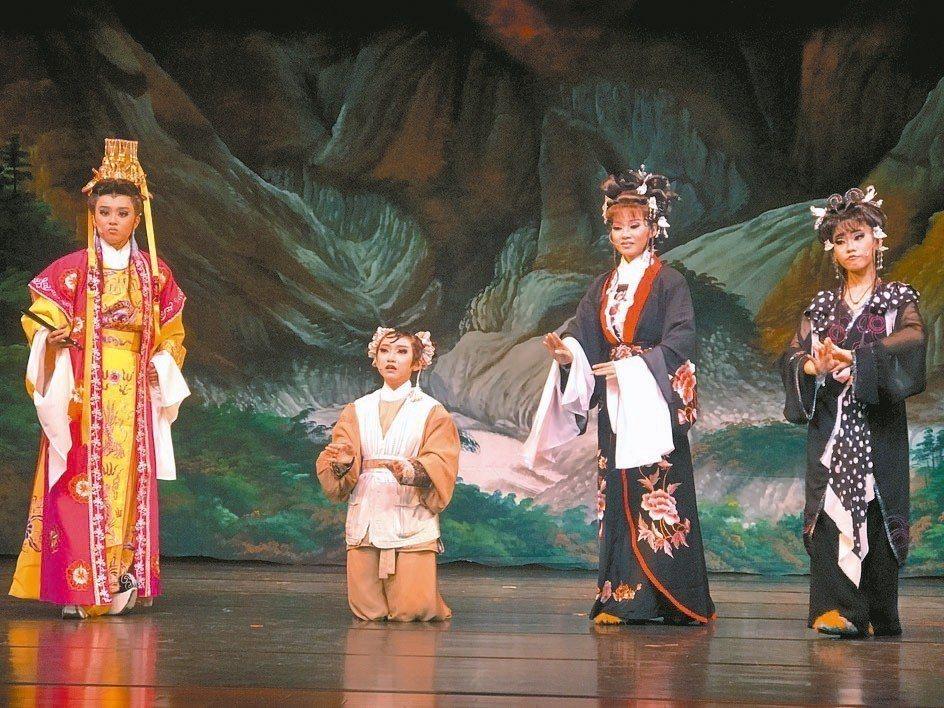 新和興總團近年致力於校園教學,公演場演員也年輕化,希望戲曲藝術能傳承年輕一代。 ...