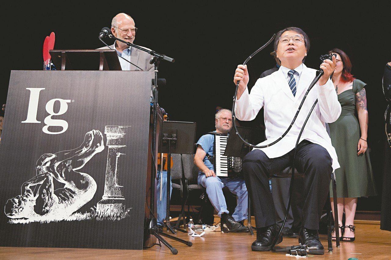 輕微的不適 能救很多人 醫學教育獎得主堀內朗(右)在台上表演自己照結腸鏡的方法。...