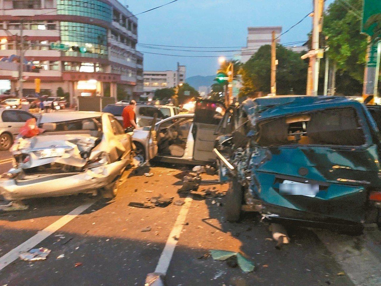 南投市民族路發生拖板車疑似煞車失靈的追撞車禍,造成20多輛汽機車受損,多人受傷。...