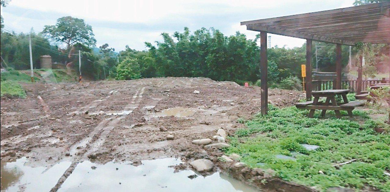 苗栗知名打卡熱點「墨硯山古道」附近的沙河溪,遭業者傾倒營建廢棄物達十八個足球場大...
