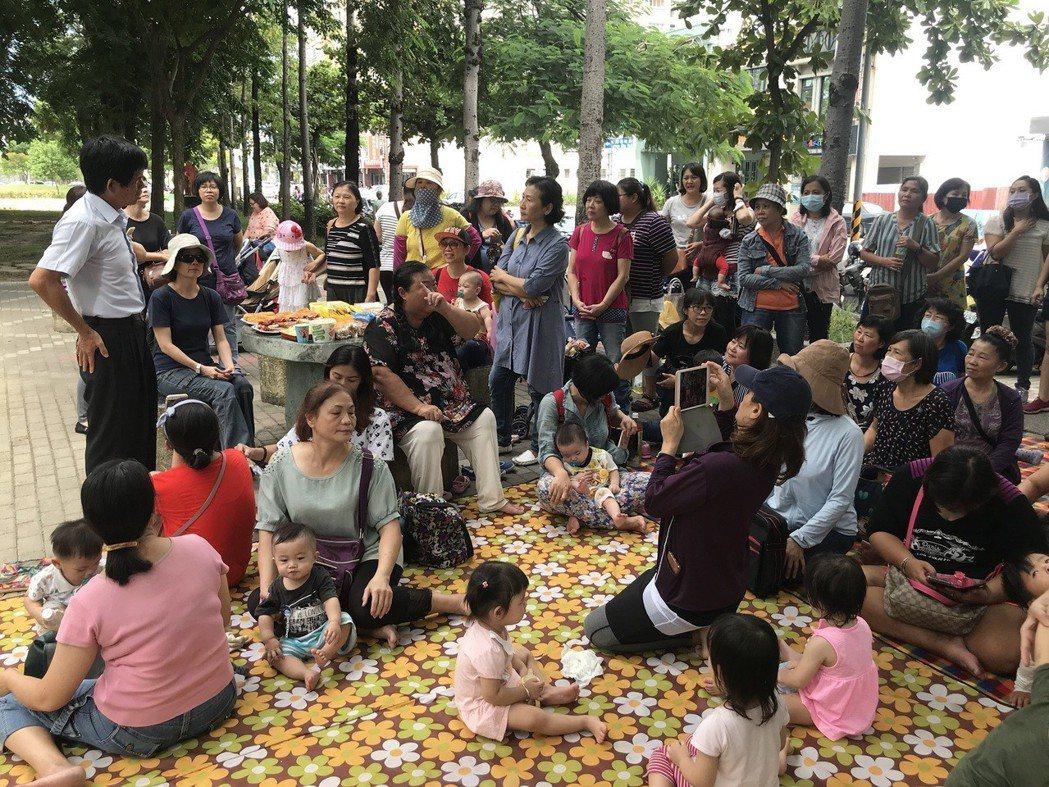 約30名保母昨到台南市政府前快閃野餐,表達對托育新制的不滿。記者鄭維真/攝影