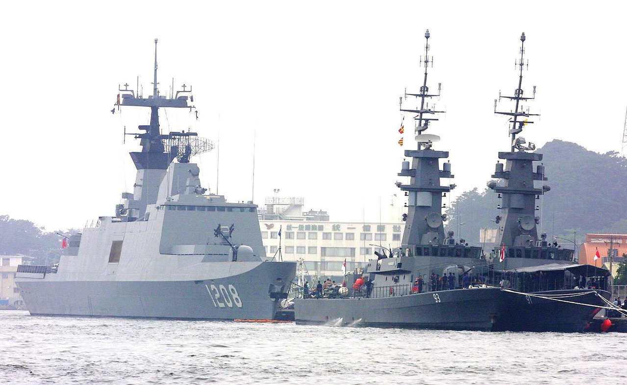 圖為新加坡兩艘飛彈巡防艦駛進高雄港,與海軍飛彈巡防艦「承德艦」前後並列。圖╱聯合...